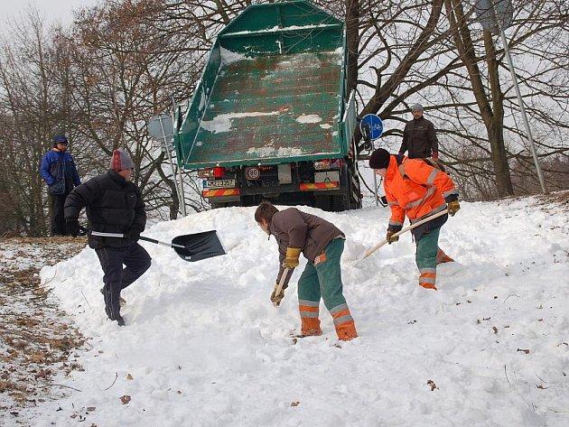 Děti v Přerově si mohou zasáňkovat na uměle vytvořené sněhové skluzavce