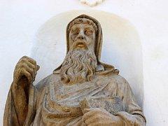 Sochy Cyrila a Metoděje u vchodu do kostela sv. Máří Magdaleny v Předmostí po restaurování