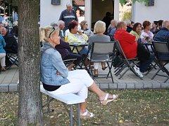 Hudební podvečer na terase kulturního domu Echo v Lipníku nad Bečvou. Ilustrační foto.