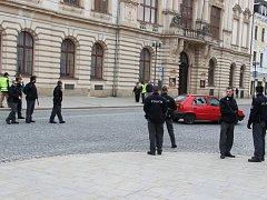 Kolem dvanácté hodiny se dostavil na náměstí TGM organizátor pochodu Erik Lamprecht a vedl rozhovor se zástupci přerovského magistrátu a policií. U všech přístupových ulic na náměstí stojí policejní hlídky.