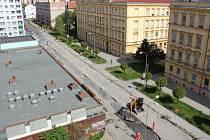 Stavební ruch vládne v Palacké ulici, která je pro automobilovou dopravu uzavřena. Obtížně se dostávají lidé i do zdejších obchodů.