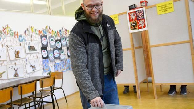 Do okrsku v budově Základní školy Trávník v Přerově přišel volit i strongman a světový rekordman Jiří Tkadlčík.