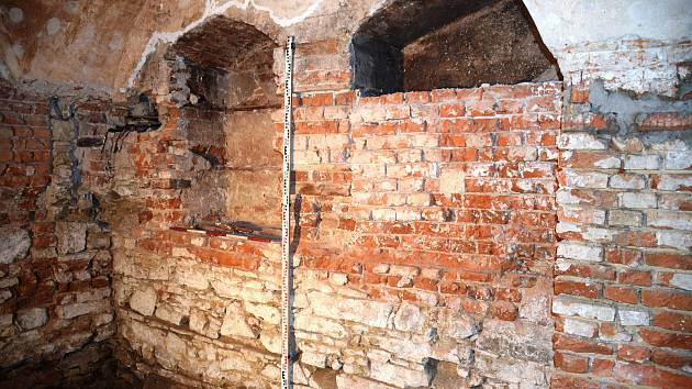Přerovští archeologové odkryli během záchranného výzkumu pozůstatky středověké tvrzi, která stála na místě dnešního dřevohostického zámku.