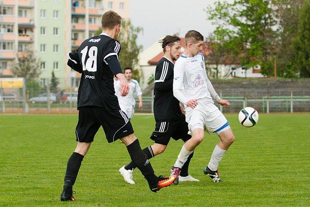 Fotbalisté Přerova (v bílém) proti Valašskému Meziříčí.