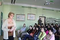 Studentům prostějovské Střední zdravotnické školy vyprávěla v úterý pamětnice Věra Pytlíčková o svém dětství v padesátých letech. Beseda byla součástí projektu Příběhy bezpráví.