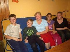 Velká rodina Valentů žije ve Skokách, v místní části Dolního Újezdu. O Vánocích se jich sejde u stolu šestnáct. Postýlka je stále připravená pro další miminko. Valentovi jsou profesionální pěstouni.