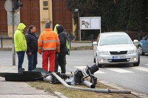 Pracovníci magistrátu, technických služeb a firmy AŽD Praha v pondělí řešili, jak co nejrychleji spravit spadený semafor na křižovatce ulic Palackého a Komenského v Přerově.