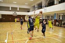 Basketbalisté Přerova (ve žlutém) proti TJ Sigma Hranice.