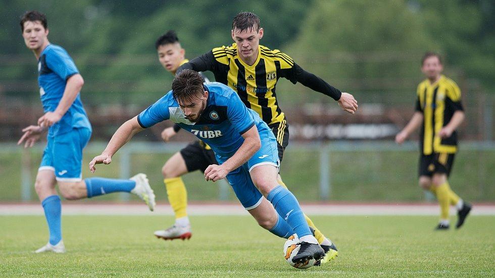 Fotbalisté 1. FC Viktorie Přerov (v modrém) proti FK Nové Sady v přátelském utkání.