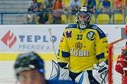 Hokejisté Přerova (ve žlutém) v přípravném utkání s Mountfield HK. Lukáš Klimeš
