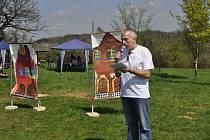 Předseda správní rady Nadace Malý Noe Jaroslav Strejček během slavnostního otevření Knejzlíkových sadů v Předmostí.