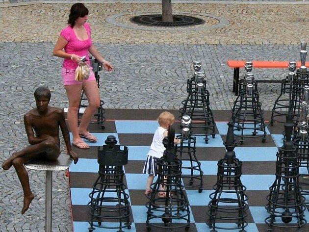Šachy Pavla Tasovského byly v Lipníku vystaveny už v roce 2009 na náměstí TGM, letos budou v zámecké zahradě v blízkosti střešní zahrady, jenž letos slaví 150. výročí svého vzniku.