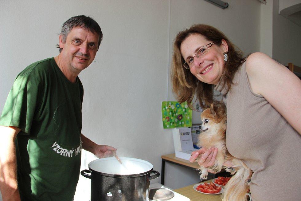 Mykolog Jiří Polčák při vaření dobrot