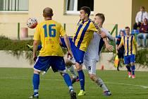Fotbalisté Kozlovic (v pruhovaném) v domácím zápase proti Velkým Karlovicím (3:1). Foto: Deník/Jan Pořízek