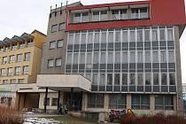 Budova, v níž se budou učit budoucí zdravotníci, původně sloužila coby Dům politické výchovy. Krček, který je dnes již zaslepený, vedl do budovy, která byla sídlem KSČ. Dnes v tomto objektu sídlí poliklinika (na snímku vlevo).