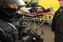 Policisté a záchranka zasahuje u incidentu, při kterém dva Romové napadli u nádraží mladíka