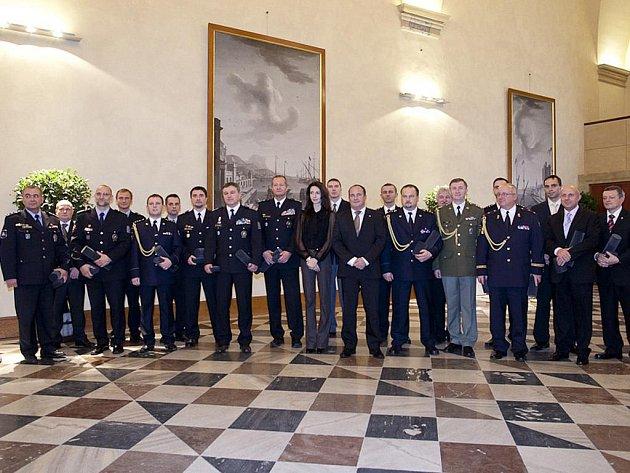 Ocenění hasiči vprostorách Míčovny Pražského hradu