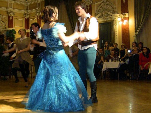 Příběh Robina Hooda inspiroval gymnazisty na sobotním plese, který se konal v Městském domě v Přerově.