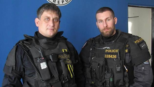 Policisté z Obvodního oddělení policie Přerov 1 Milan Fajkus (na snímku vlevo) a Petr Okáč zachránili život mladíkovi, který se topil v řece Bečvě.