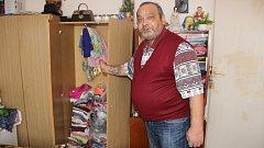 """Robert Ondič, nájemník z ubytovny Chemik v Přerově. """"Tady máme oblečení od malé, tady zase od syna. Když se vystěhujeme, kam ty věci dáme?,"""" ukazuje."""
