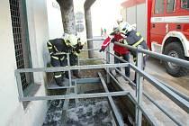 Přerovští hasiči rozpouštějí s pomocí horké vody kusy ledu v potoku Strhanec.