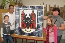 Znak Přerova vyrobily z vršků PET lahví děti ze Základní školy Za mlýnem v Přerově
