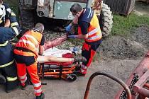 Zásah hasičů u muže, kterého v Brodku u Přerova uvěznil zemědělský stroj