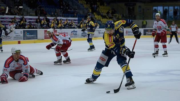 Hokejisté Přerova (v modrém) proti Porubě. Ilustrační foto