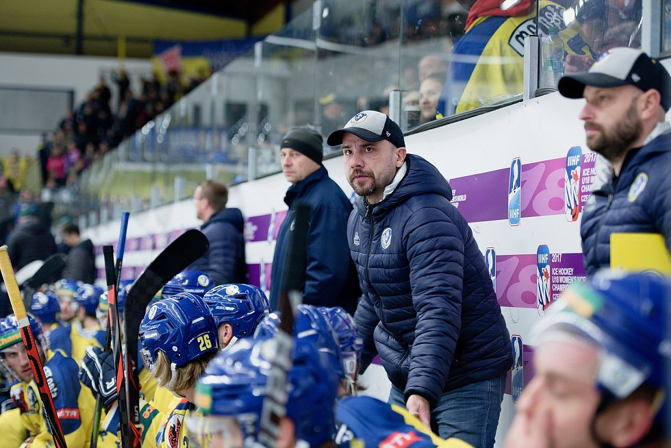 Hokejisté Přerova (ve žlutém) proti Vsetínu. Vladimír Kočara