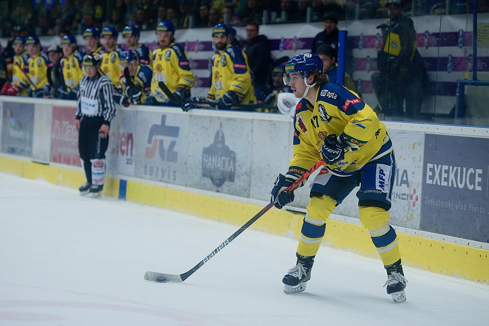 Hokejisté Přerova (ve žlutém) proti Vsetínu. Radek Číp