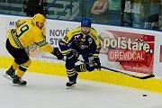 Hokejisté HC Zubr Přerov (v modrém) v přípravném utkání proti Vsetínu