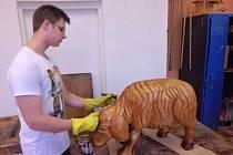 Dřevěné figurky, které zdobí betlém v podloubí u Galerie města Přerova, nyní restaurují studenti Střední řezbářské školy v Tovačově