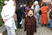 Průvod masek prošel v sobotu odpoledne Hluzovem u Černotína. Tradiční masopustní veselí se vydařilo.