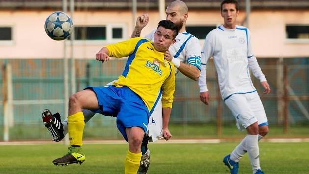 Fotbalisté Přerova (v bílém) proti Šumperku.