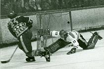 Přerovský útočník Jaroslav Luzar střílí branku Ivanu Beňovi ve druhém kvalifikačním utkání o první celostátní československou ligu v Bratislavě proti Slovanu v sezoně 1981/1982.