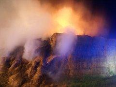K požáru stohu slámy vyjíždělo v noci na neděli do Rokytnice u Přerova pět hasičských jednotek.