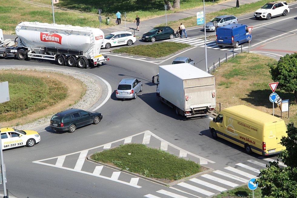 V Přerově kvůli zavřené D35 u Olomouce zkolabovala doprava, pondělí 21. června dopoledne. Kolony stály na všech příjezdových cestách do města, zácpy se tvořily i na rondelech v centru Přerova