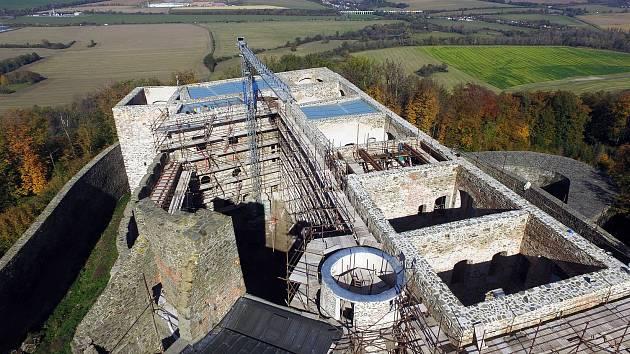 Rekonstruovaný hradní palác na hradě Helfštýn kryjí skleněné střechy. Říjen 2019