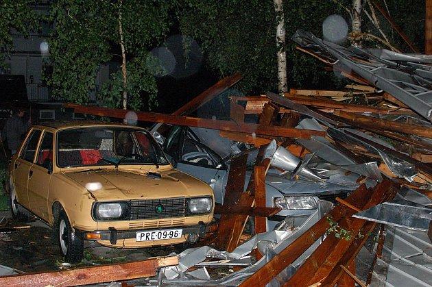 V Kojetíně vichřice strhla střechy u čtyř panelových domů. Záchranka z místa odvážela zraněné a přesný rozsah škod zatím nelze vyčíslit.