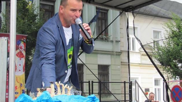 Hurá na Prázdniny. Pohodové dopoledne zažily v pondělí děti na náměstí T. G. Masaryka, kde pro ně Pavel Novák nachystal zábavný program