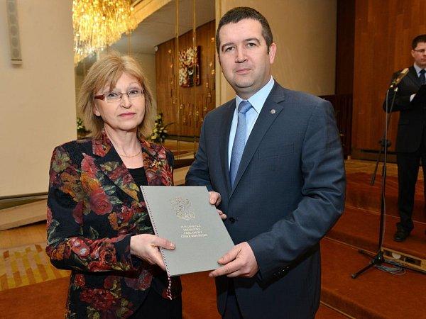 Starostka Dagmar Kubzová převzala nové symboly obce 5.března zrukou Jana Hamáčka, předsedy Poslanecké sněmovny