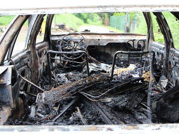 Likvidace požáru auta, sloupu, pneumatik a odpadu vDluhonské ulici vPřerově