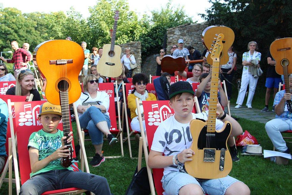 Několik desítek kytaristů se sešlo v sobotu odpoledne na hradbách v Přerově. I když tentokrát rekord v počtu hudebníků, kteří si zahrají společně na jednom místě, nepokořili, atmosféra byla skvělá.