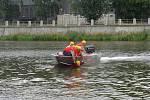 Nácvik záchrany tonoucích osob prováděli ve čtvrtek na řece Bečvě přerovští hasiči