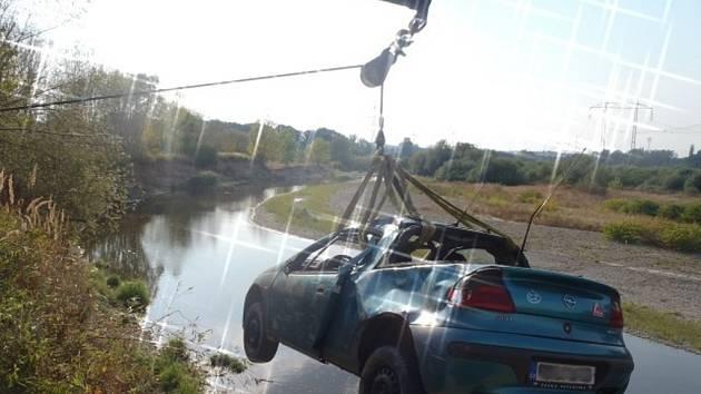 Vyprošťování auta z Bečvy u Grymova