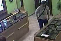Lupič, který 28. srpna 2015 přepadl prodavačku v přerovském zlatnictví. Záběry z bezpečnostní kamery