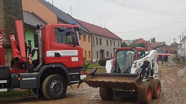 Značné škody napáchala páteční průtrž mračen v Čelechovicích na Přerovsku - rozbahněná voda z polí zaplavila cestu a dostala se i do domů.