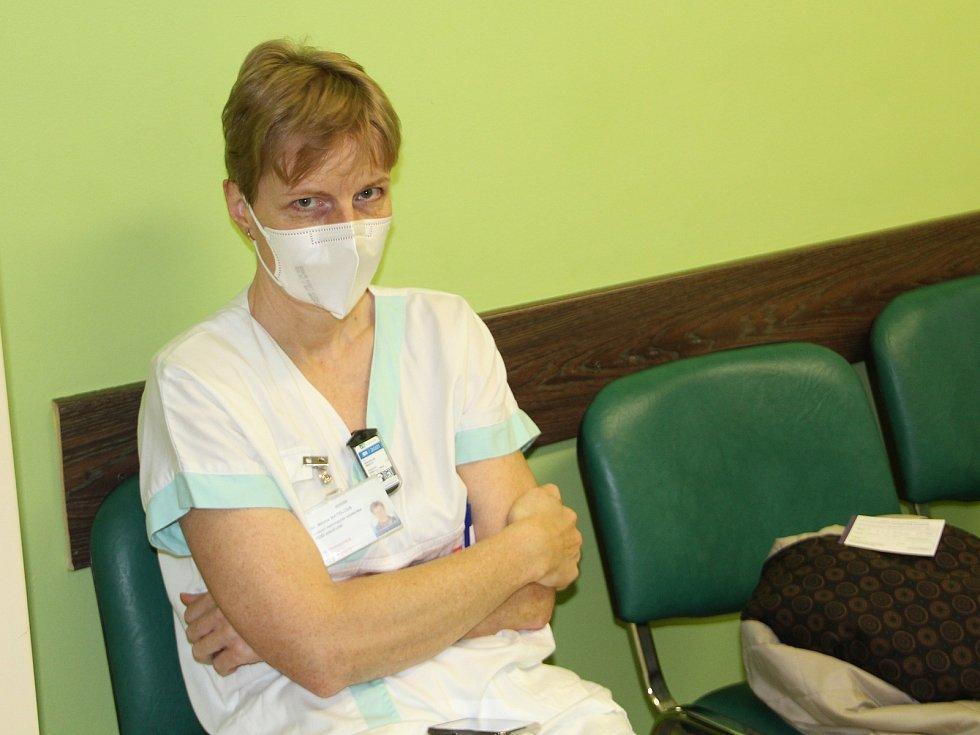 V přerovské nemocnici začalo očkování zdravotníků proti nemoci covid-19. Mezi těmi, kteří se přišli nechat naočkovat byla i Milena Matelová, která pracuje jako vedoucí radiologický asistent.