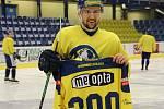 Mikuláš Zbořil na tréninku dostal památeční dres za 300 odehraných utkání za Přerov.