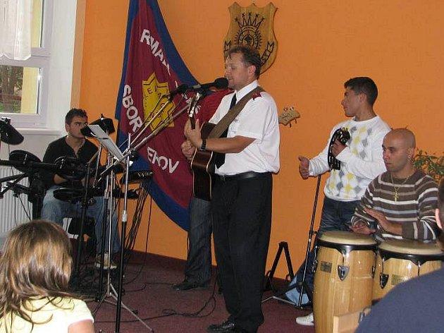 Armáda spásy v Přerově zahájila bohoslužby určené Romům. O zpěv se stará kazatel Petr Janoušek, s hubdou pomáhají členové skupiny Imperio.